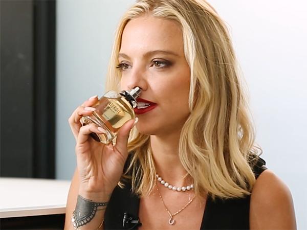 Laura Hayden huele L'interdit de Givenchy
