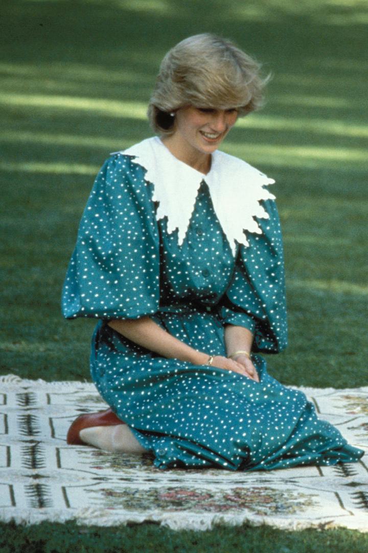 Diana de Gales con vestido con cuello bobo