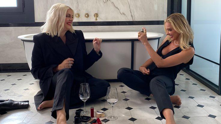 Gigi Vives y Laura Hayden durante la grabación del vídeo para L'interdit de Givenchy