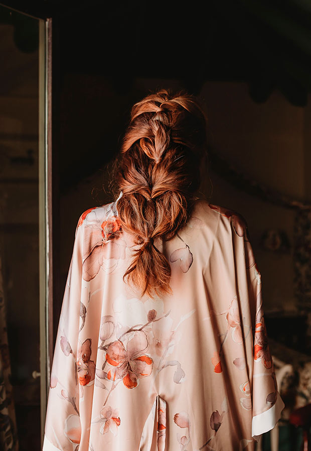 Peinado de trenza de novia en una boda íntima