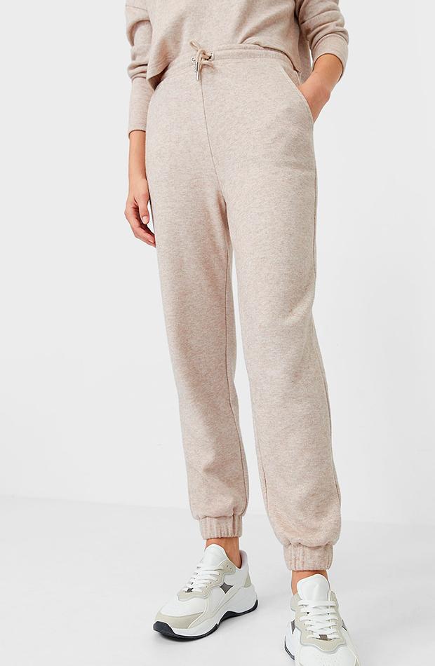 prendas y accesorios que no faltan en el armario de una it girl pantalones jogger beige stradivarius
