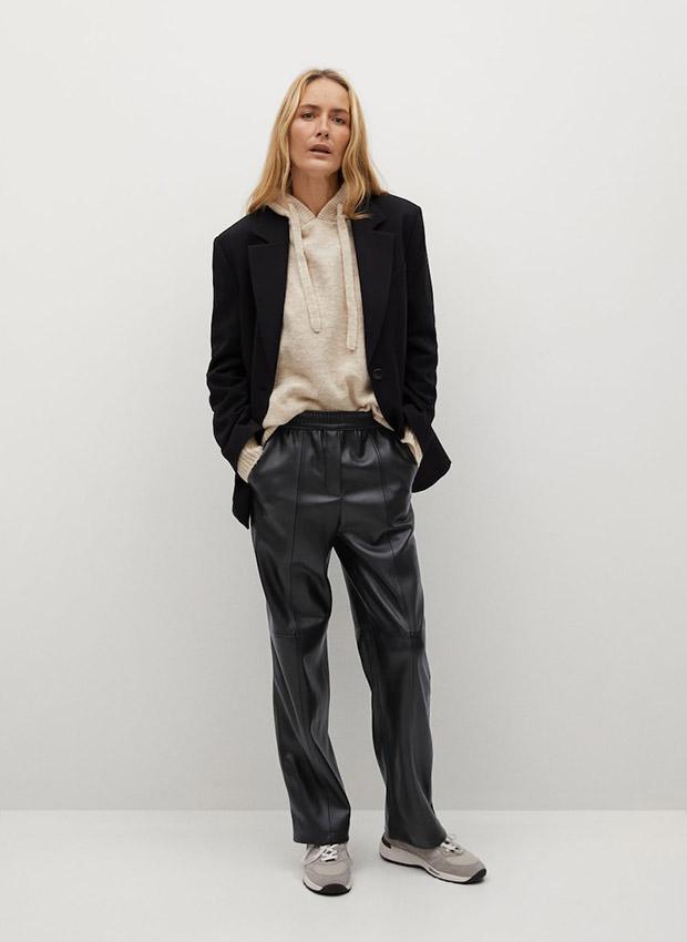 Pantalón recto negro de efecto piel de Mango