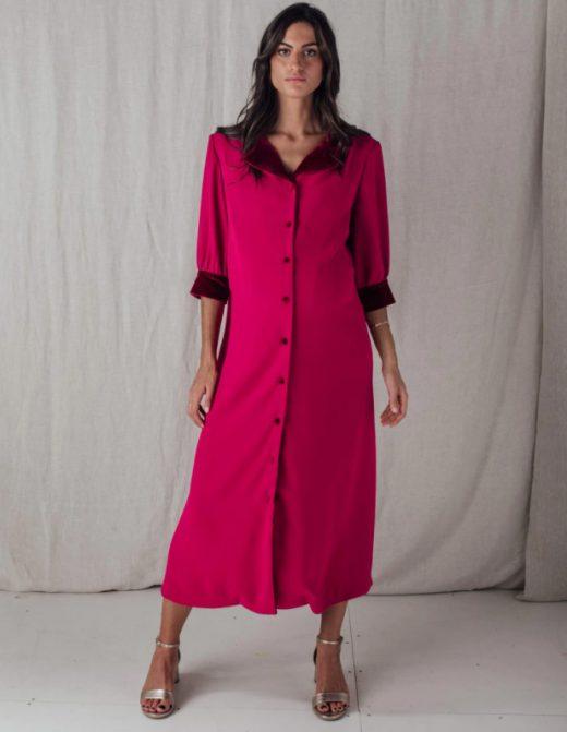 Vestido rosa de invitada embarazada