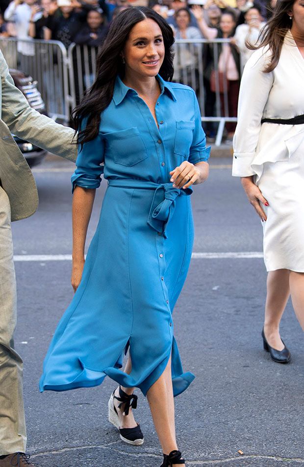 Meghan Markle vestido camisero azul