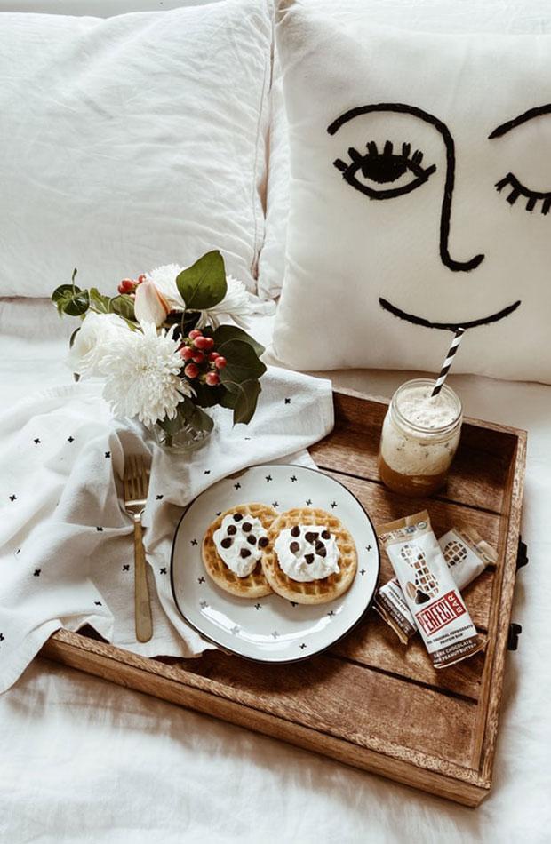 Desayuno en la cama planes san Valentín en casa