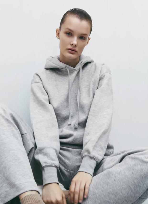 Sudadera con capucha de los básicos de Zara