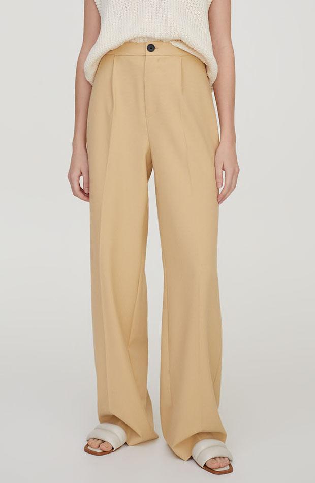 Pantalón de Pull & Bear color crema prendas de entretiempo