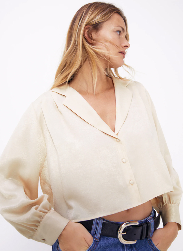 Camisa satinada en tonos claros de Zara