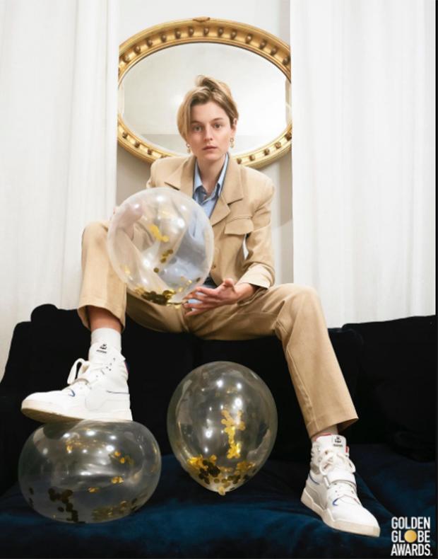 Emma Corrin en los Globos de Oro 2021