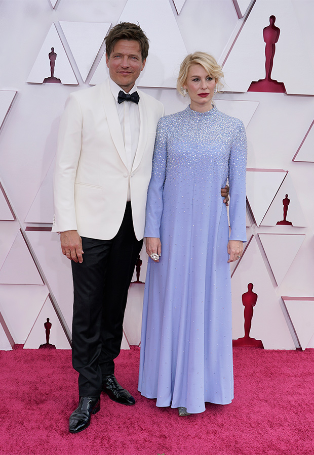 Thomas Vinterberg y Helene Reingaard en la lfombra roja de los Premios Oscar 2021