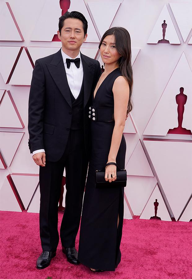 Steven Yeun y Joana Pak en la Alfombra roja de los Premios Oscar 2021