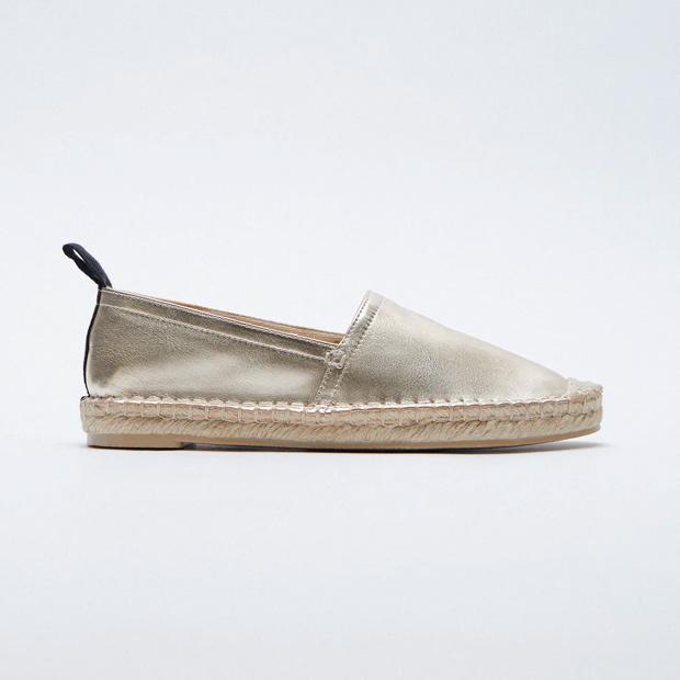 Alpargatas tendencia metalizadas de Zara