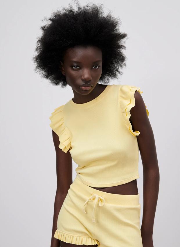camiseta de zara amarilla