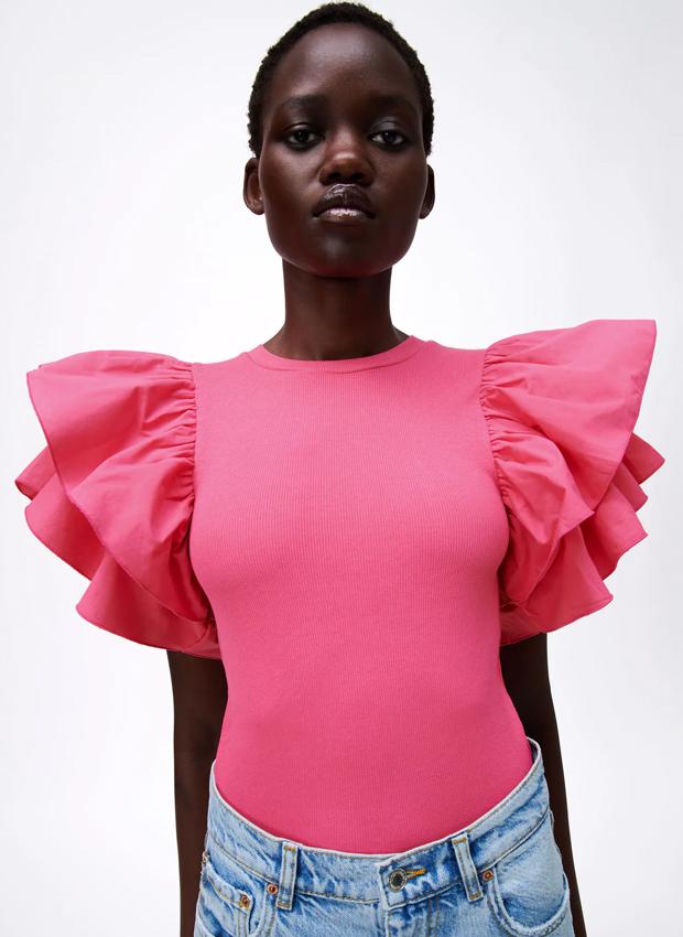 camiseta de zara rosa con volantes