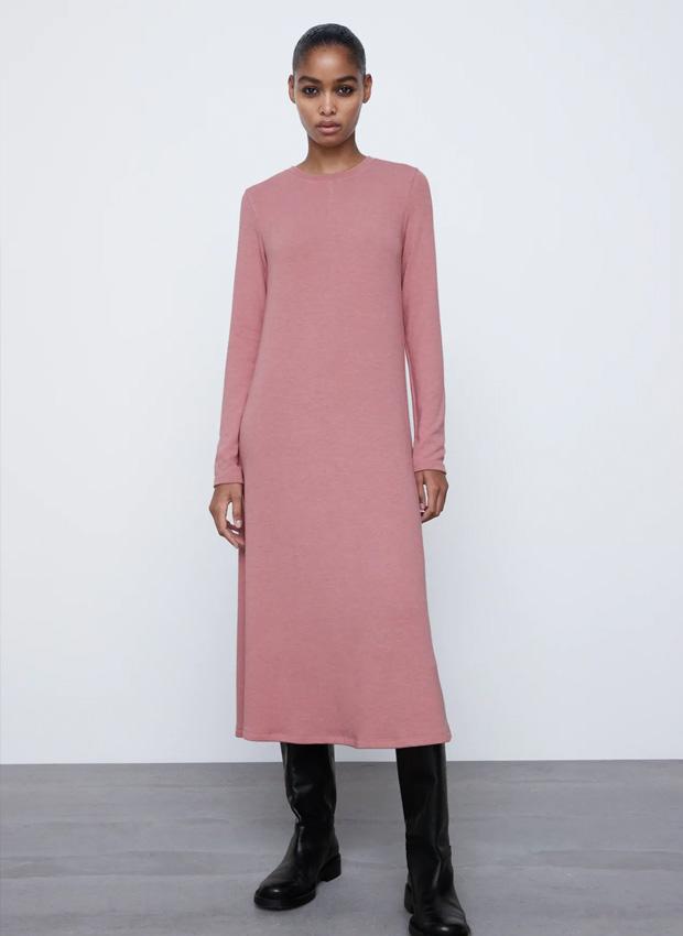 Vestido de punto midi de color rosa de Zara