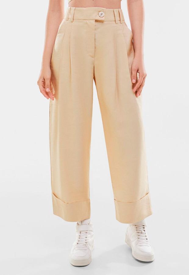 Pantalones cropped beige de Bershka