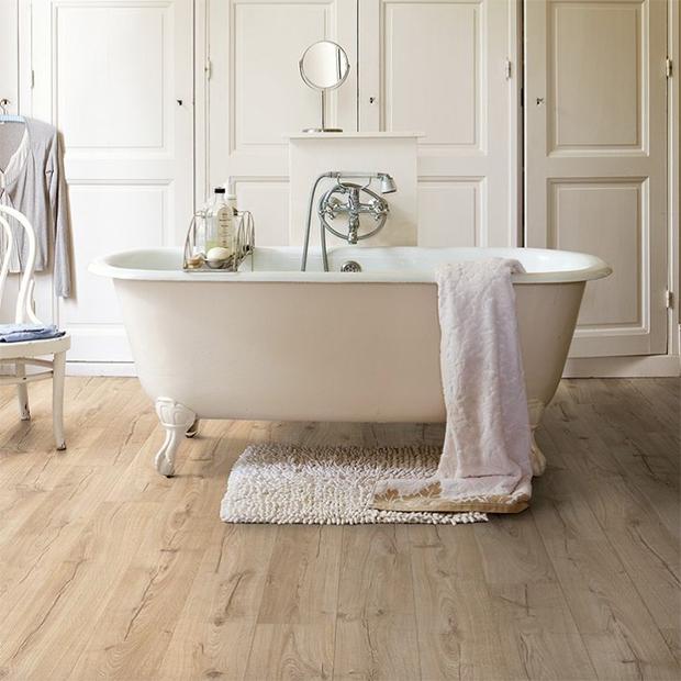 suelo de madera en baño de quick step