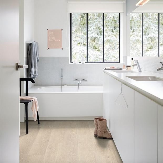 suelos de efecto madera de quick step en baño