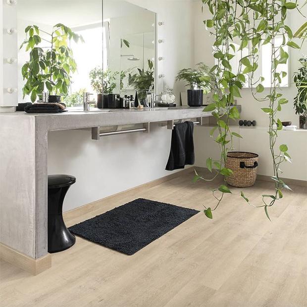 suelo de madera laminado en baño