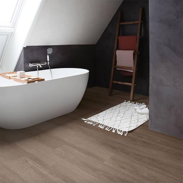 suelo de madera de vinilo en baño