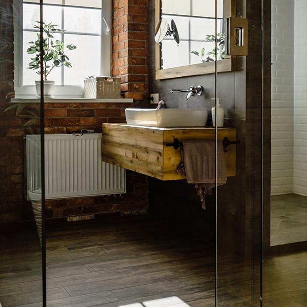 suelo de madera en baño