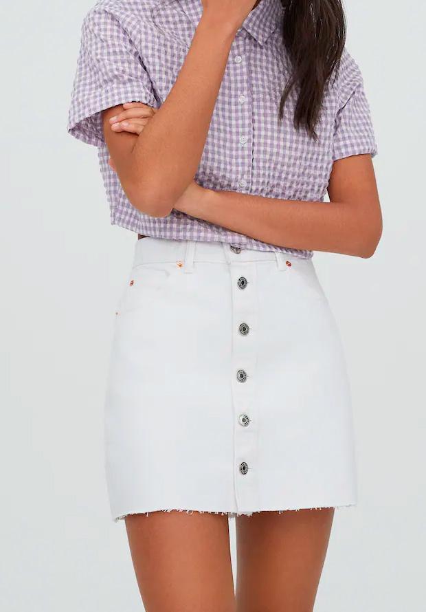 Minifalda blanca de las segundas rebajas de Pull and Bear de verano
