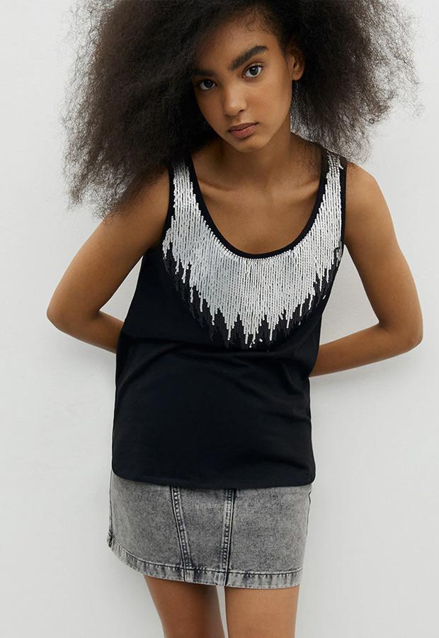 Camiseta con lentejuelas en el cuello de Sfera