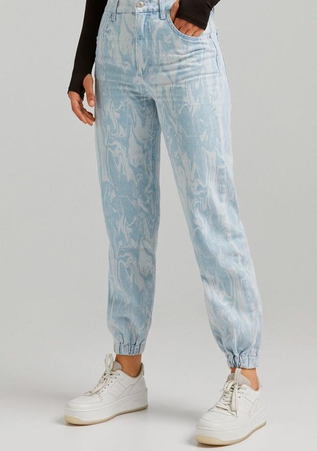 Pantalón con estampado efecto mármo