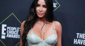 Kim, ¡ya no nos engañas más! Sabemos cuál es tu secreto para lucir escote perfecto