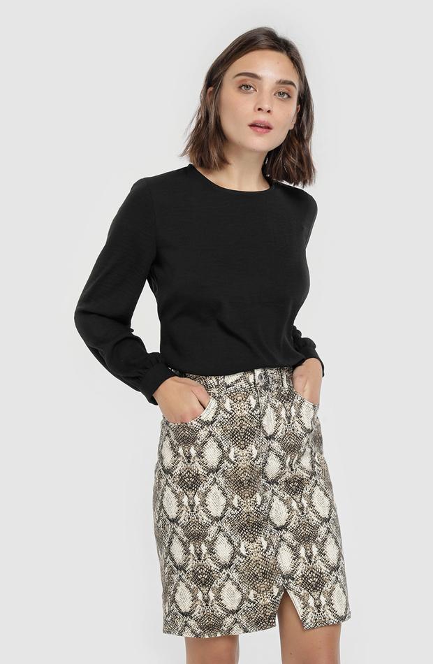 Falda corta con print pitón de Fórmula Joven: vuelven las minifaldas
