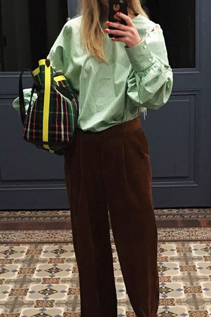 Jeanette Friis Madsen pantalon y blusa verde