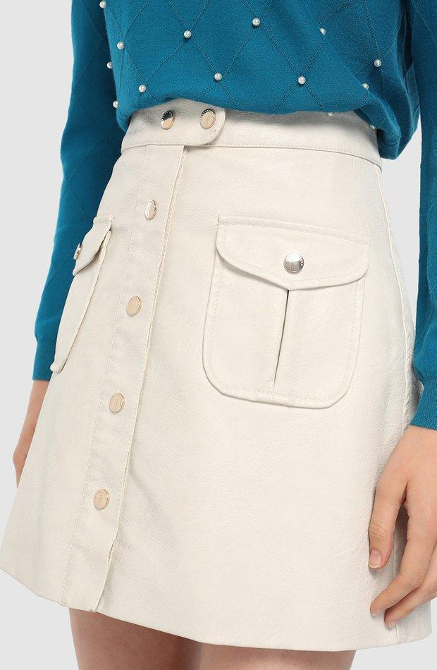 Falda de polipiel con botones delanteros de Tintoretto: vuelven las minifaldas
