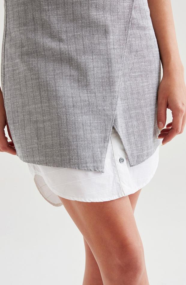 Falda cruzada de rayas de OXXO: vuelven las minifaldas