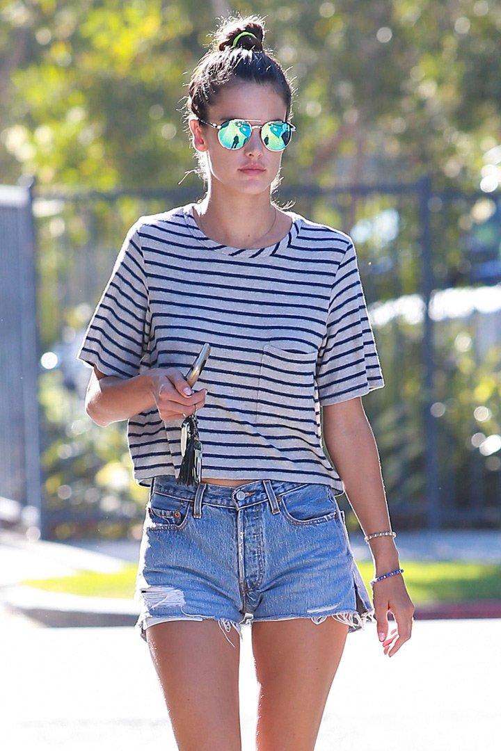 Alessandra Ambrosio con camiseta de rayas