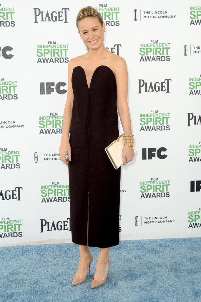 Brie Larson con vestido negro en los Film Independent Spirit Awards