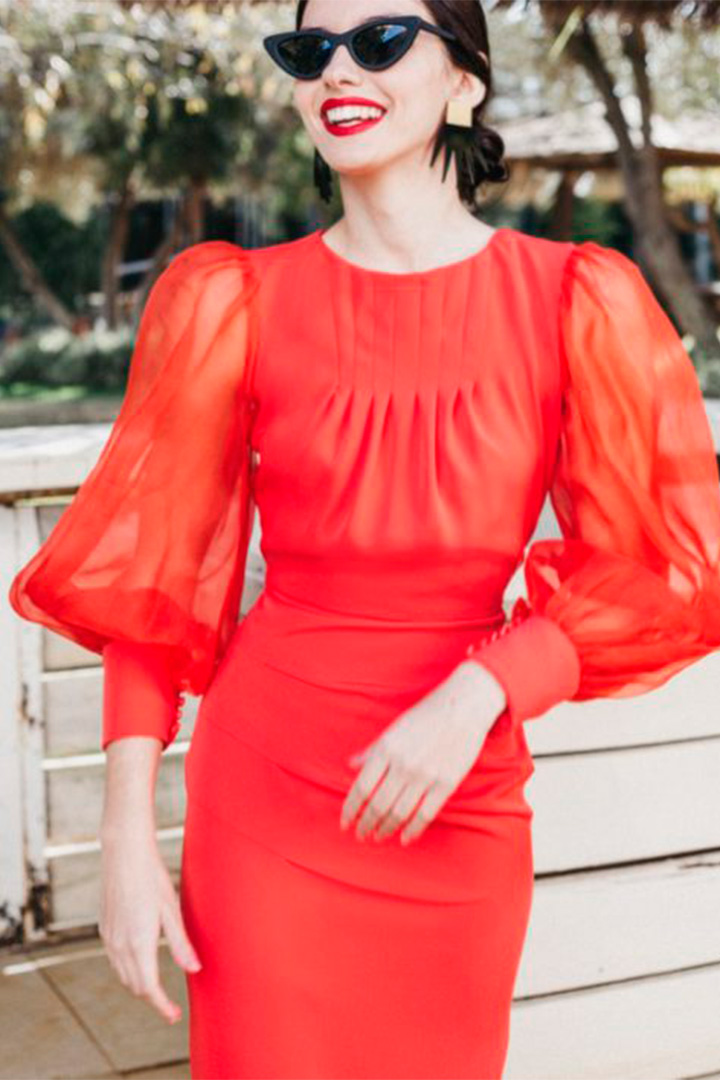 Vestido rojo con mangas globo transparentes de Cherubina