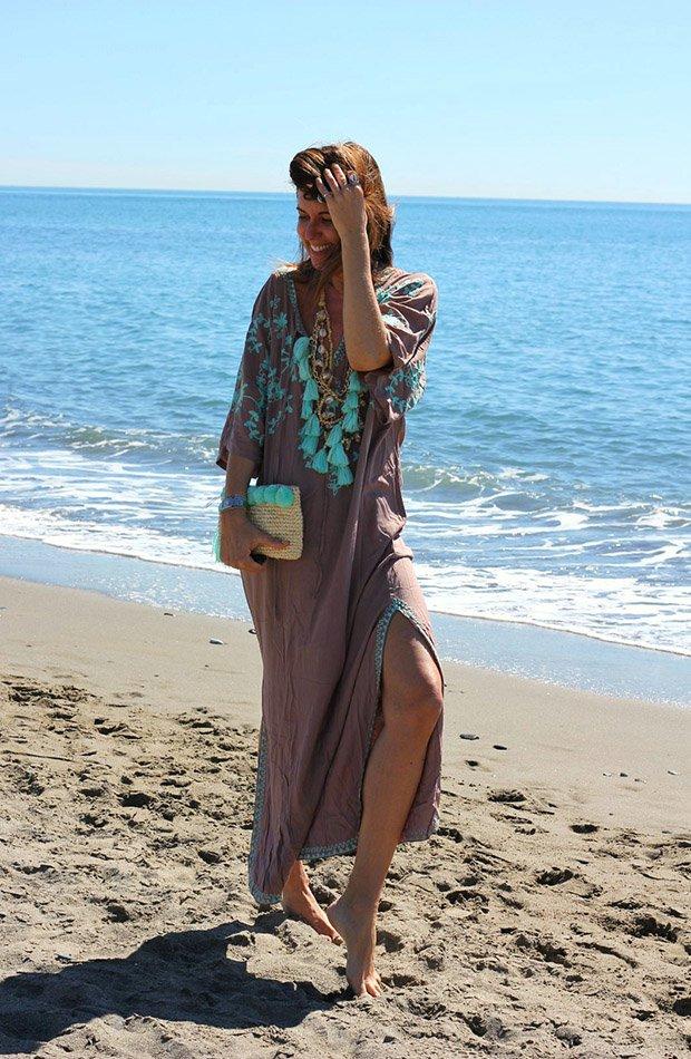 Mytenida con caftán en la playa