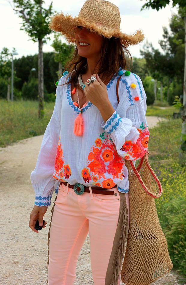 El estilo de Mytenida con pantalones coral