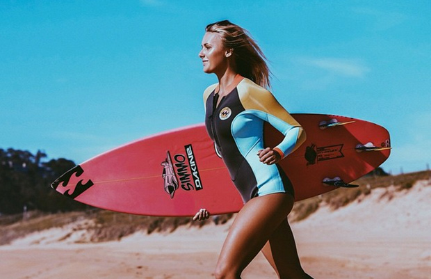Ellie-Jean-Coffey-con-su-tabla-de-surf-