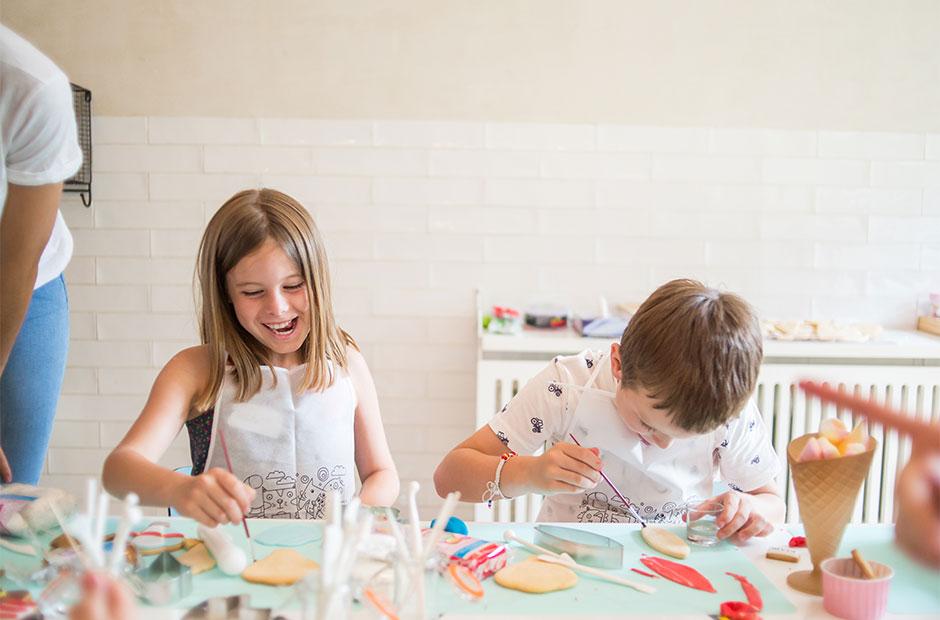 Niños decorando galletas en el evento de Kiabi