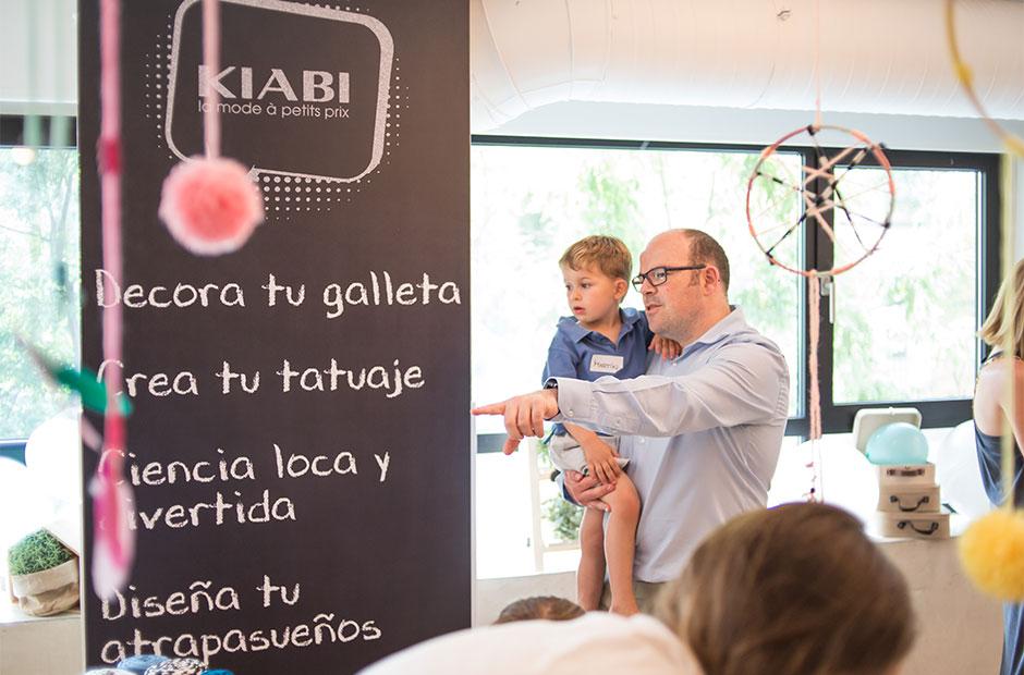 Padre con su hijo en el evento de Kiabi