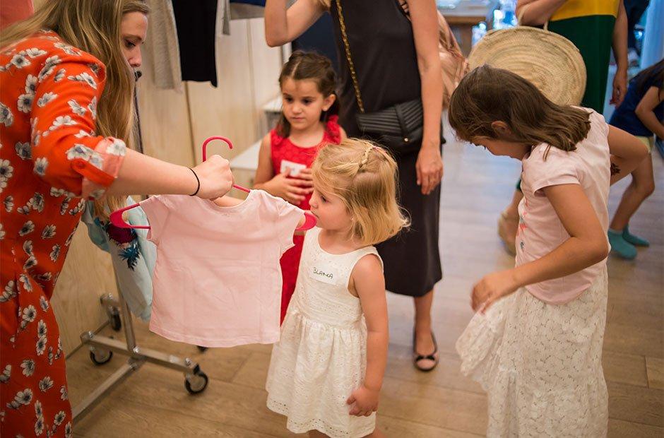 Niños eligiendo camiseta en el evento de Kiabi