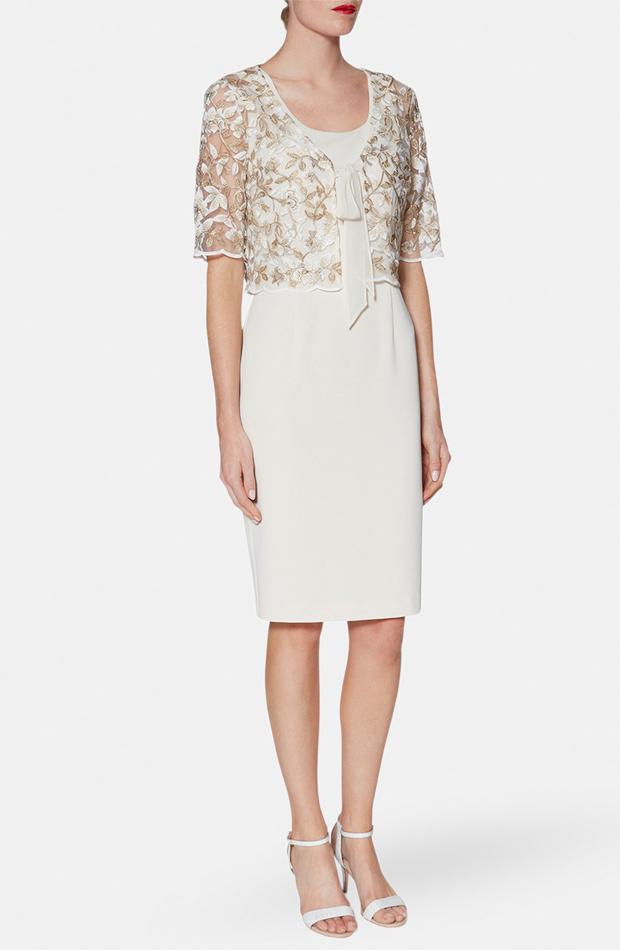 Vestido y chaqueta en blanco crudo de Gina Bacconi: look de invitada de rebajas