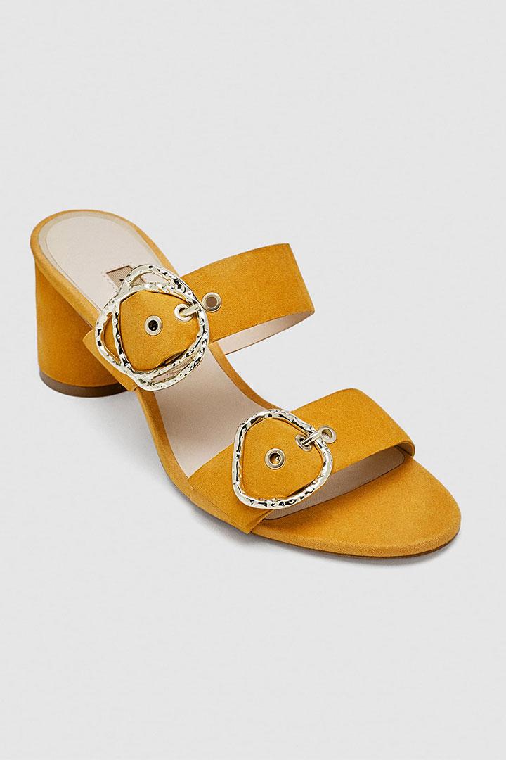 Looks de invitada de última hora: sandalias amarillas