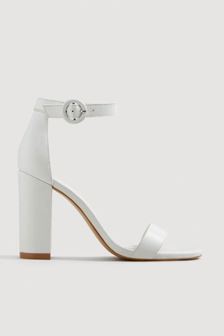 Looks de invitada de última hora: sandalias blancas