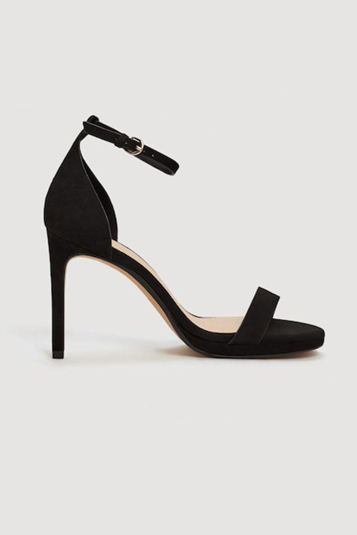 Looks de invitada de última hora: sandalias negras