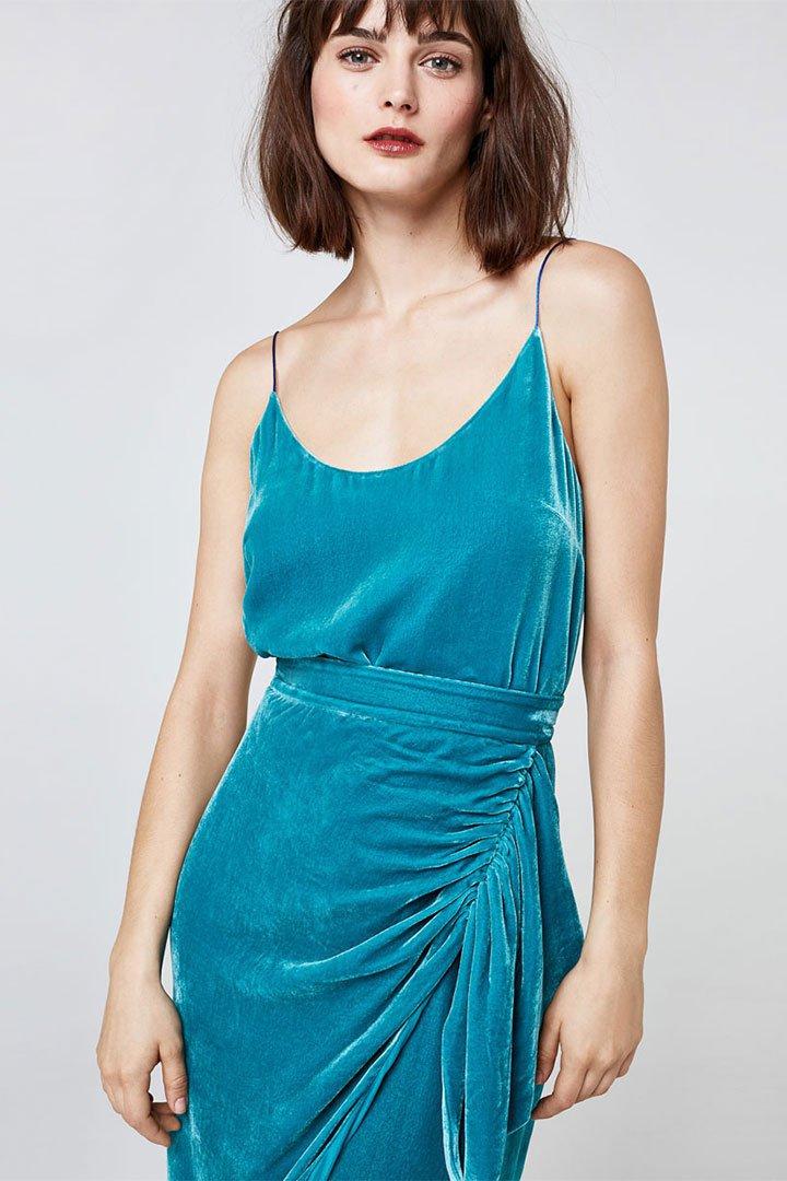 Looks de invitada en rebajas: top de terciopelo azul