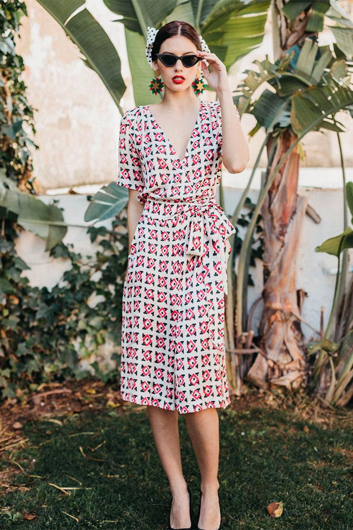 Looks de invitada en rebajas: vestido estampado de Cherubina