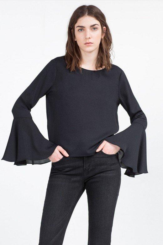 Blusa con mangas campana de Zara