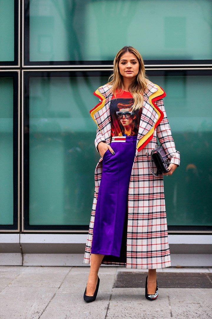 abrigo de cuadros en el street style de Milan Fashion Week